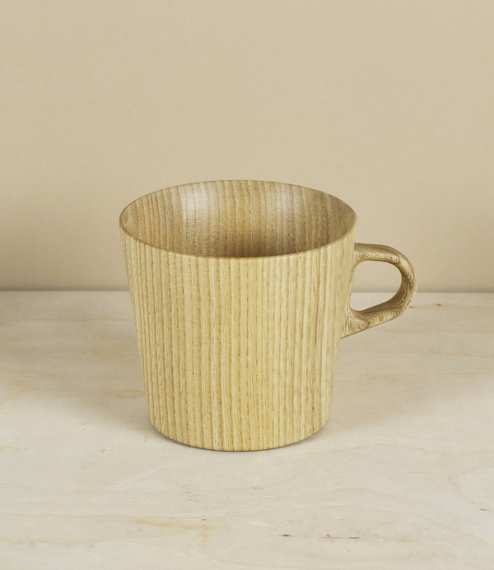 Kami means paper in Japanese and is the name given to a series of vessels developed by OJI Masanori with the uncommonly skilled woodturners of Takahas..