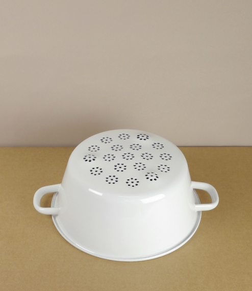 A choice of small or large white enamel on steel colanders. The smaller also functions similarly to a sieve and has a bowl of about 16cm diameter, a l..