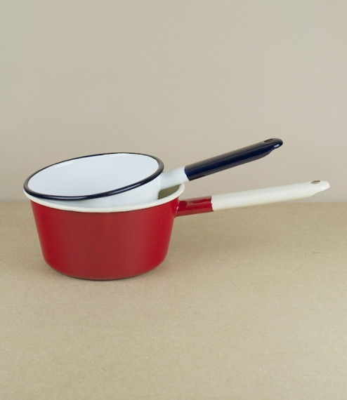 Red and cream, or bright white and indigo enamel saucepans with a slight spout. 14cm diameter and 0.7l; or 16cm and about 1.0l. Made in Olkusz, Poland..