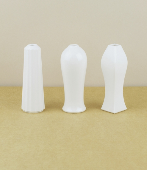 Three styles of vase (Shinogi, Heish, or Shimentori) designed by Oji Masanori in collaboration with Imamura Hajime of Imamura Porcelain based in Arita..