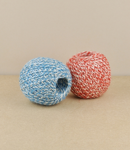 60 metre balls of bi-coloured 2 ply jute twine in either a red/blond or blue/blond mix. Whilst as weather resistant as more traditional jute garden tw..