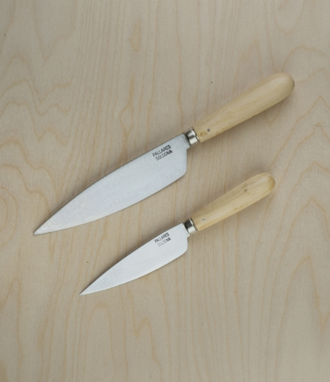 Simple yet elegant kitchen knives with carbon steel (rustable) blades and boxwood handles. Amongst the most traditional of Solsona patterns these make...