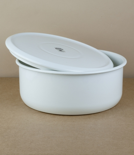 A circular lidded storage tin of white vitreous enamel on press formed steel. Ideal for biscuits, small loaves, and other dry goods, these also stack....