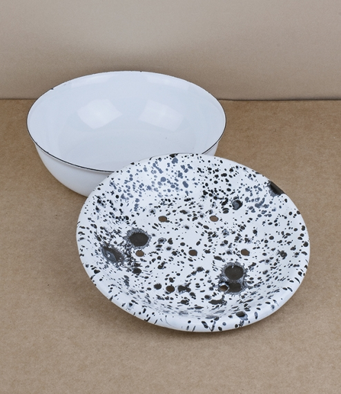 An approximately 13cm diameter pressed steel vitreous enamelled two part draining soap dish and tray with black splatter over a white enamel base. Bor..
