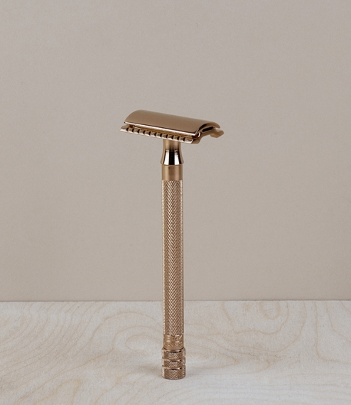 A very long handled rose gold plated unisex straight cut closed comb safety razor from Merkur of Solingen. The longer handle is especially suited to l..