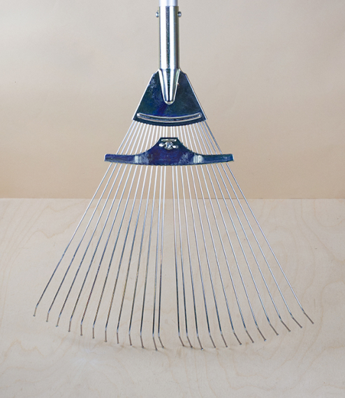A 24 fine wire tined adjustable and extendable leaf rake from Niigata Prefecture Japan. Quickly adjusts with an arc of 14cm to 40cm by way of a wing-s..