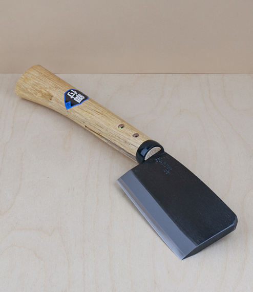 A sort of heavy cleaver used in Japan as a general purpose small forestry hatchet, for splitting firewood, limbing small trees, scraping bark, and pru..