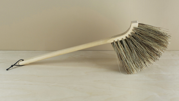 The siiliharja – hedgehog - is a long bristled birch and union blend (bass and tampico) elegantly curved hand broom from Finland, where it might typic..