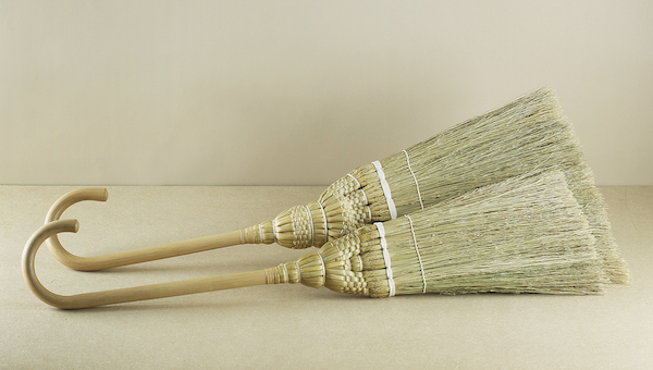 Born of a collaboration between Oji Masanori and a cooperative of 'Edo' broom makers and a testament to both their skill and artistry, the kake brooms..